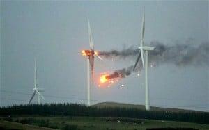 W wyniku silnych wiatrów jedna z turbin została uszkodzona i przewrócona