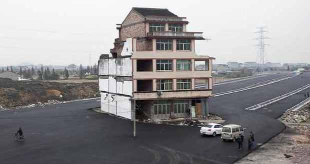 Chiny Dom Na Drodze  - Ciekawostka Architektoniczna Czy Upór Właściciela
